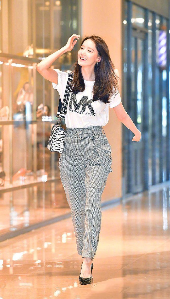 林允儿走秀高跟鞋不慎脱脚,她面不改色灵活应对很优雅