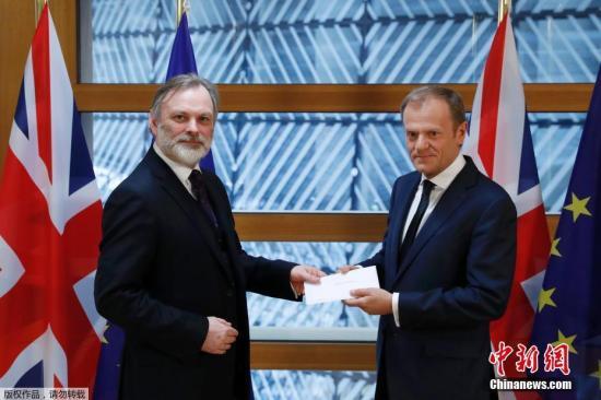 """资料图:当地时间2018-11-19午间,英国启动""""脱欧""""程序的信函被递交至欧洲理事会主席图斯克手中。由此,英国与欧盟之间的""""分手""""谈判将正式展开。"""