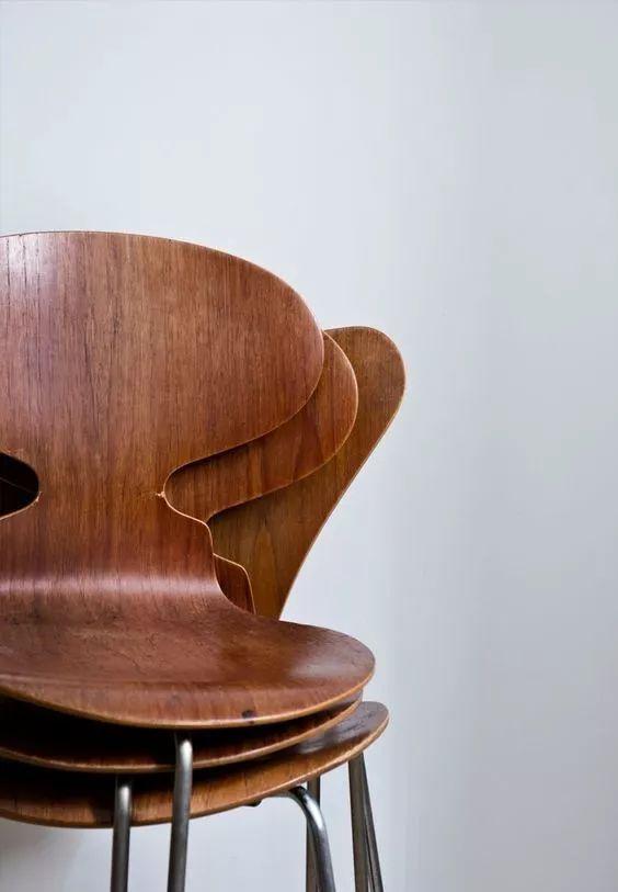 雅各布森的这只蚂蚁椅,你十有八九见过,最初是三条腿,胶合板,蜂蜜色
