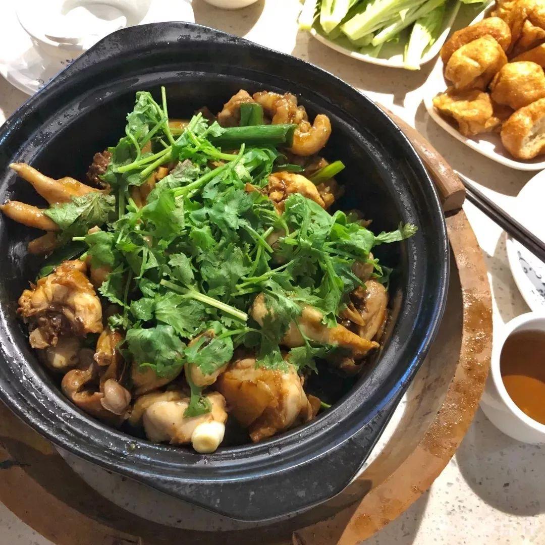 清汤鸡肉火锅,好吃又暖身,最后连汤都喝完了