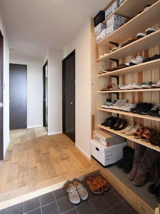 玄关做成下沉式,哪怕面积再小都能坐着换鞋,漂亮实用