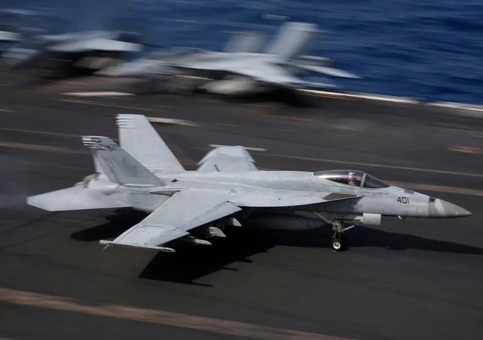 美军驻日F/A-18战机和KC-130J加油机空中相撞