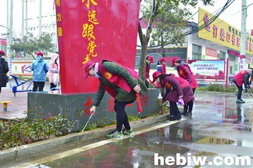 鹤壁百名志愿者走上街头,深入社区顶风冒雪传递温暖 市明志小学文明志