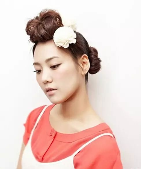 今天小编分享一款简单的韩式刘海花苞头扎法,让你瞬间变甜美!图片