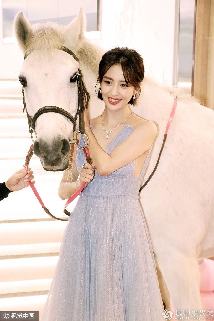 [新娱]白马公主!佟丽娅穿淡蓝纱裙颜值爆表 与白马合照仙气十足