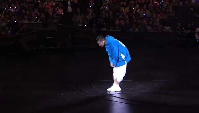 演唱会被迫中止 刘德华流泪向观众鞠躬道歉(图)刘德华严重失声视