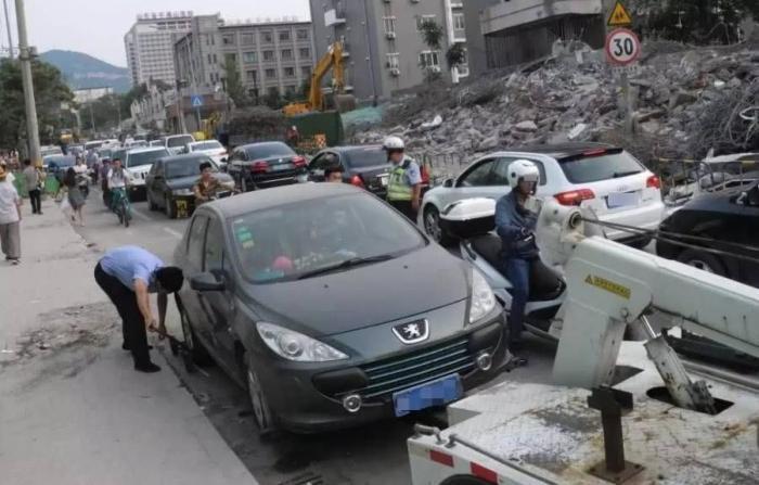 车违停被拖时四驱损坏,车主能否要求赔偿?真遇到可别吃了哑巴亏