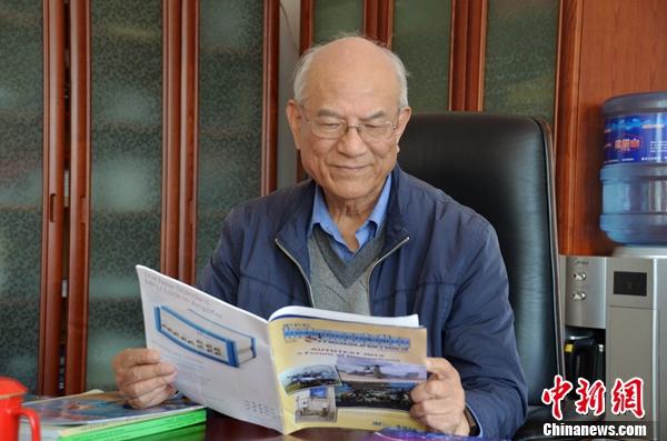刘永坦院士在阅读杂志(吉星摄)