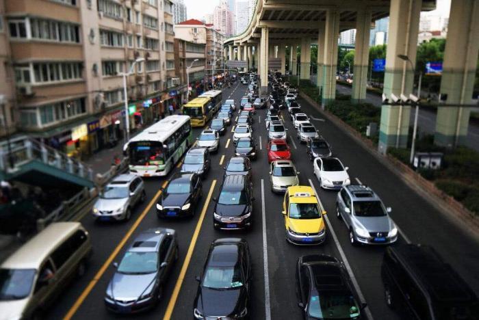 车载导航是如何知道前方堵车的?内行人道出原因:多亏了众位车主