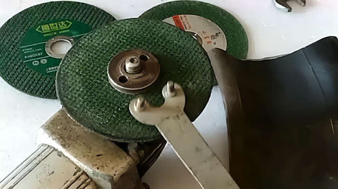 角磨机的螺丝不好拆卸,老师傅教你一招,不用扳手也能轻松解决!图片