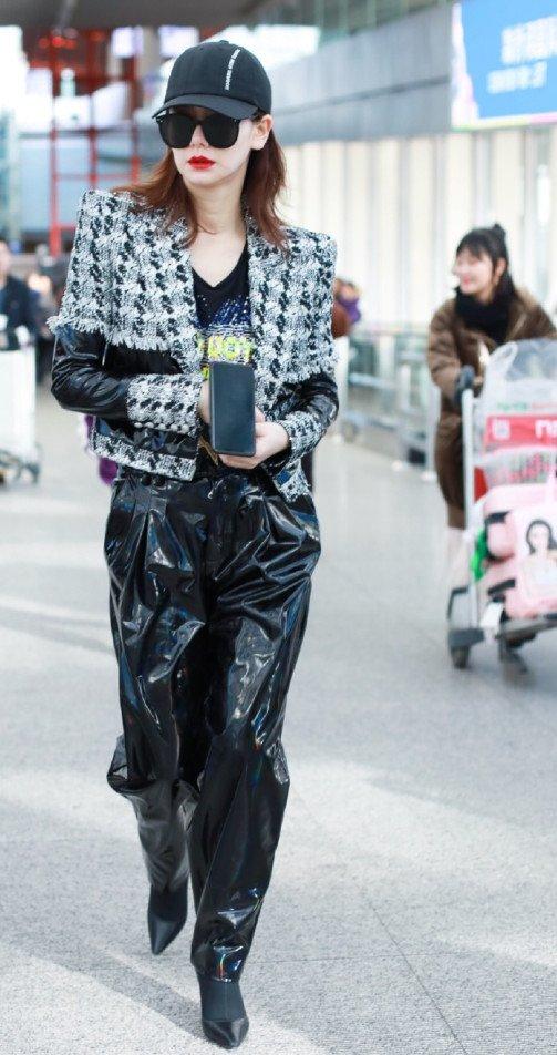 气场性感的皮裤被戚薇穿出时尚!搭配薄纱小香图片少妇v气场黑洞垫肩