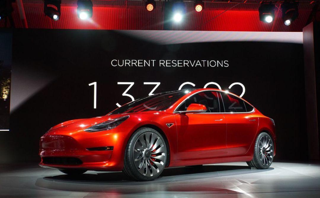 吉利玩命出新车,配全幅式玻璃天幕,别等特斯拉Model 3了(第1页) -