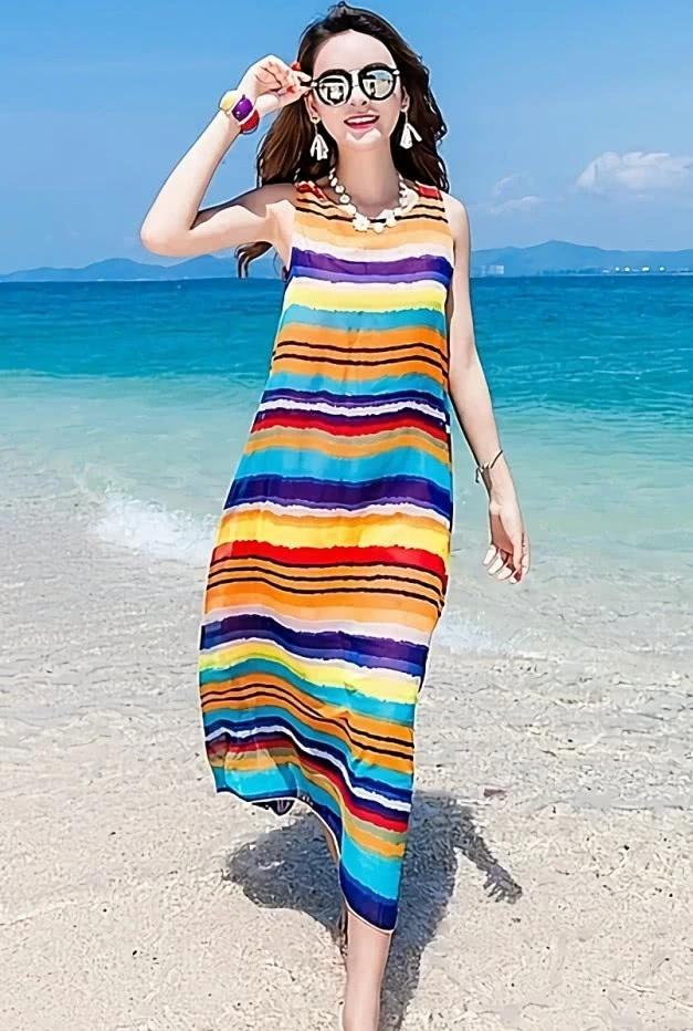在海边度假就要有海边的风格,沙滩裙是妹子们对大海的向往和倔强