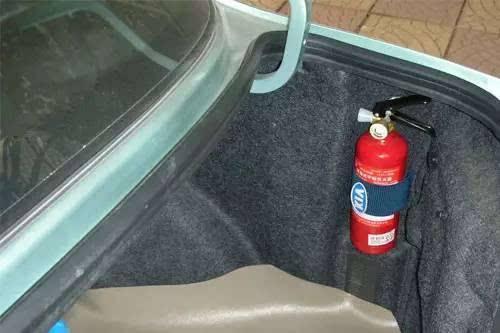 新手司机最好在车上放这几样东西,关键时刻会用上!
