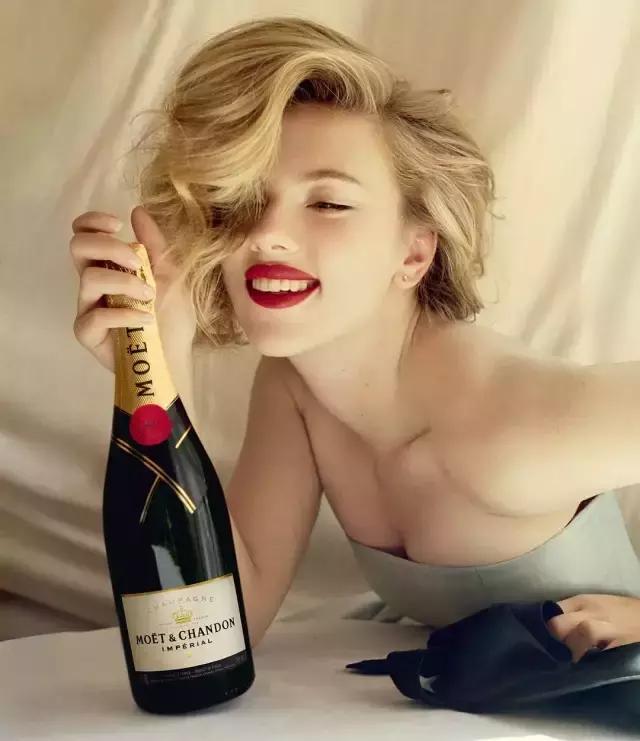 寡姐成首位百亿女演员,她可不只是美和性感!