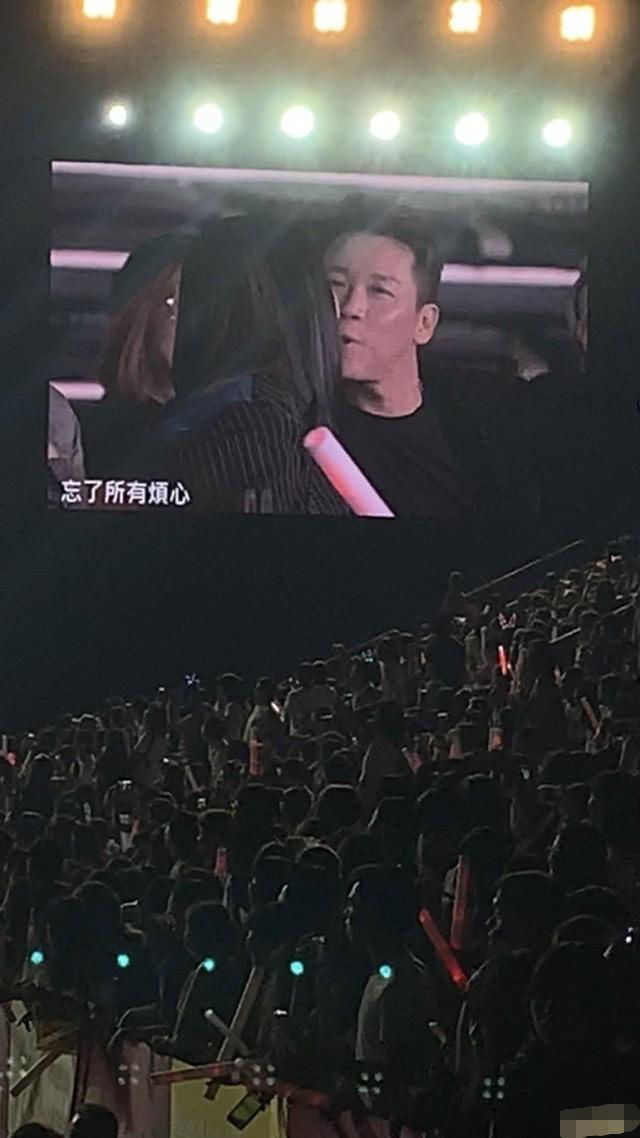 大S汪幼菲首度公开秀恩喜欢,在王力宏演唱会万人眼前甜美亲吻