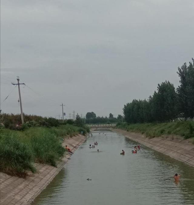 引黄济青昌邑段,不少人下水洗澡。