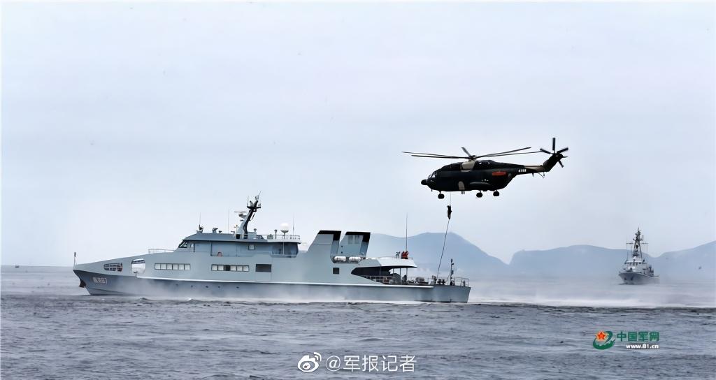 6月26日,驻香港部队出动陆海空三军部分兵力,在香港附近海空域组织联合海空巡逻演练,重点检验提升部队紧急出动、临机处置、联合行动等作战能力。