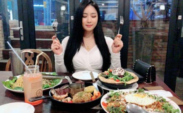 健身女神非常喜欢吃,但依然保持苗条的身材,真吃不胖?