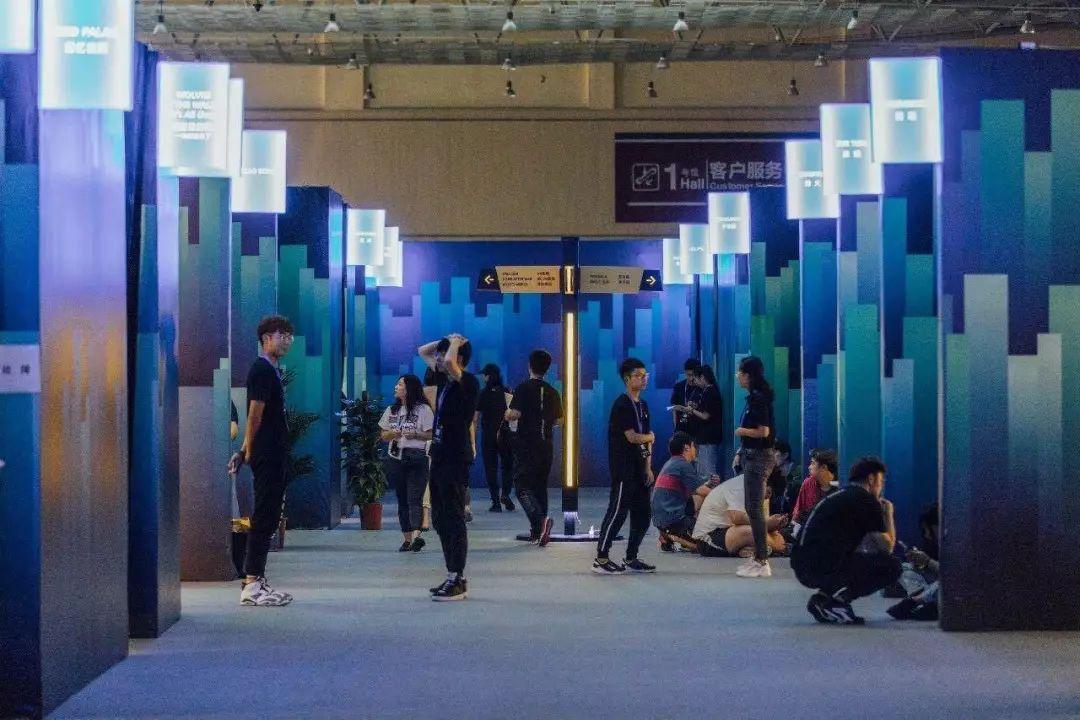 VR暗潮:上半年投资破5亿美元,60家头显销百万、结合互动影视破局
