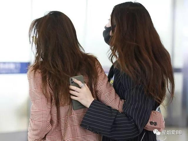"""作秀还是真闺蜜情?两个当红女明星在高铁站上演""""你是风儿我是沙""""?"""