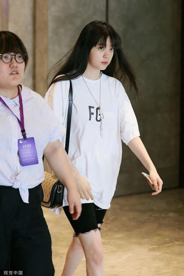 什么神仙少女!欧阳娜娜齐刘海造型再上线 穿白T青春感爆棚
