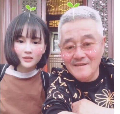 赵本山女儿开直播半个娱乐圈捧场,网友:你不想靠你爹,有人想靠
