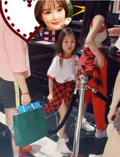 62李小璐帶女兒逛街,6歲甜馨大長腿矚目,與路人互動超乖巧