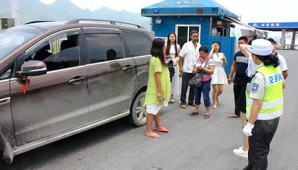公交车人挤人不算超载,为什么私家车多带一个婴儿就扣6分?