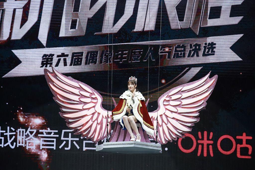 SNH48总决选李艺彤蝉联第一 戴王冠登宝座当场泪崩求P图