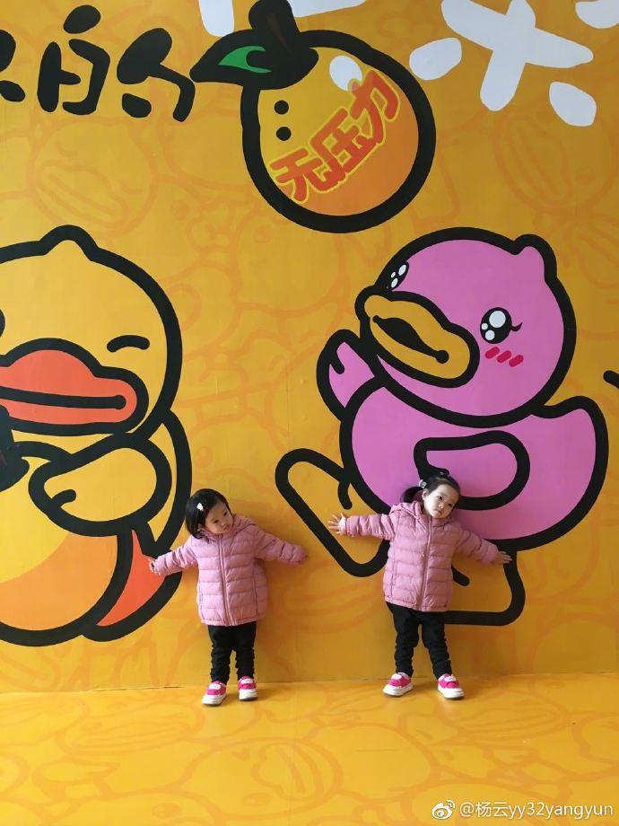杨威的双胞胎女儿一个像爸爸一个像妈妈,网友:史上最好认!