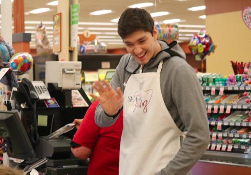 暖心大男孩!希尔和奥斯曼在当地超市充当收银员