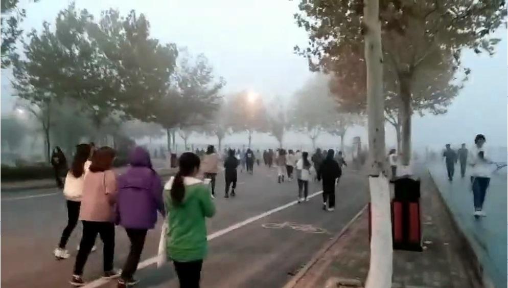 郑州一高校被指雾霾天强迫学生晨跑,校方否认
