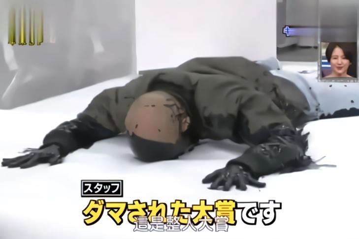 日本综艺带你体验极致墨汁浴!男嘉宾被整蛊秒变黑猩猩