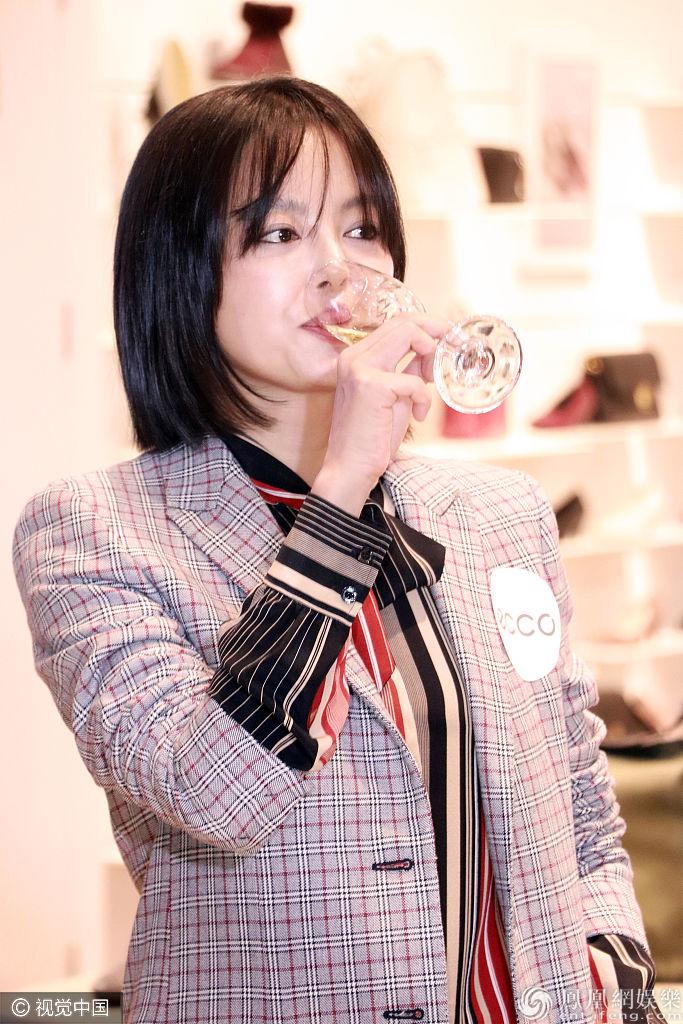 [新娱]辛芷蕾格纹西装妩媚又攻气  豪气喝香槟一饮而尽炫酒量