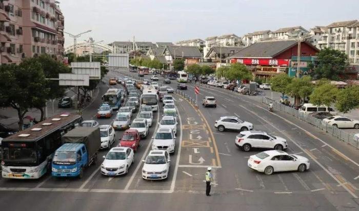 为何车主宁挤中间车道,也不走空着的左侧车道?老司机:被坑怕了