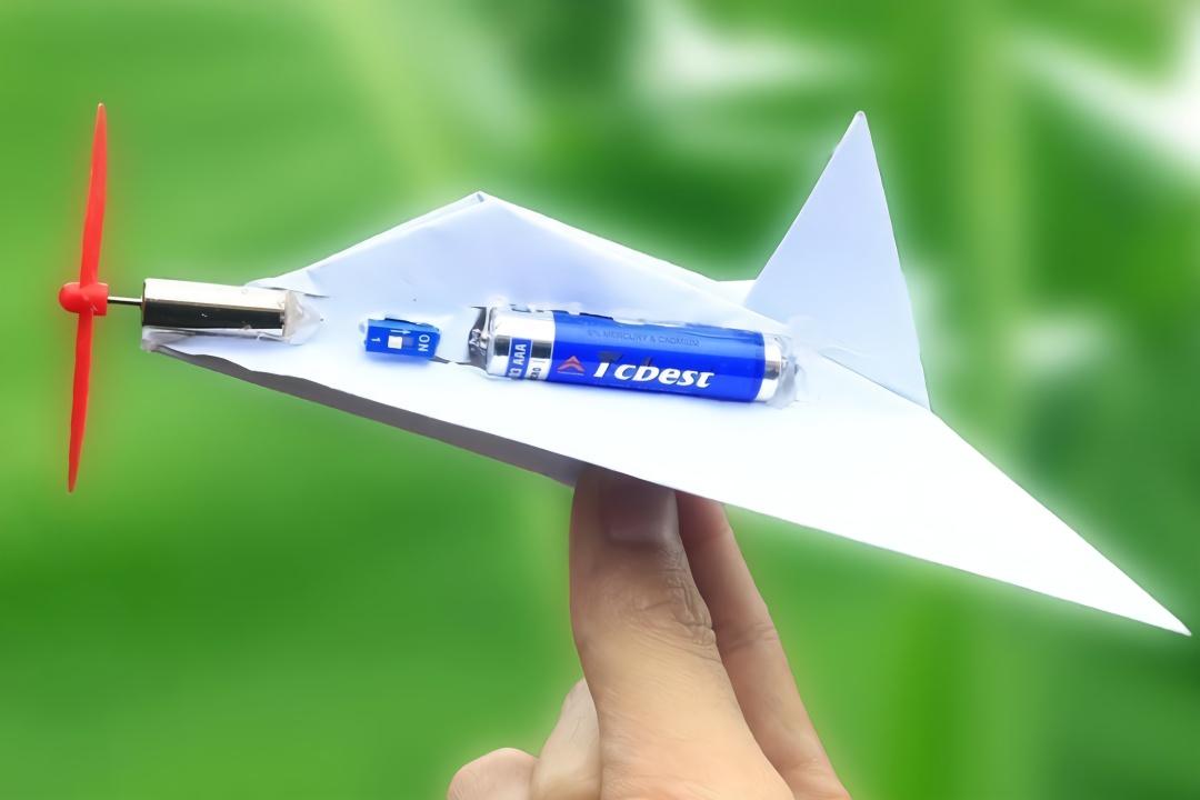 自制玩具:纸飞机这样装上电池就能飞?试试就知道了
