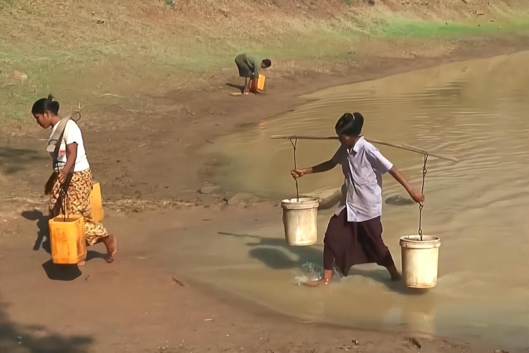 农村女人性交视频_中国人来到缅甸,看看缅甸农村女人怎么挑水喝?你见过吗?