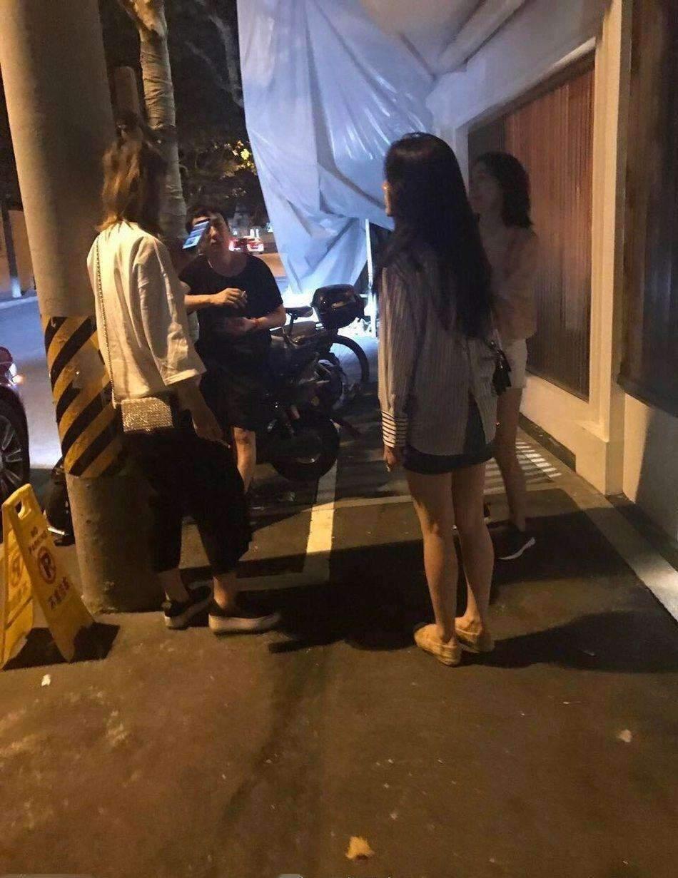 续甜蜜捏脸后王思聪和李易峰再次同框被网友偶遇一同逛街