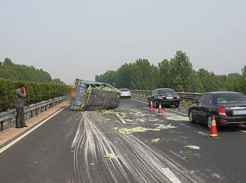 高速公路堵车时,总有车在应急车道飞驰而过,不怕扣分吗?