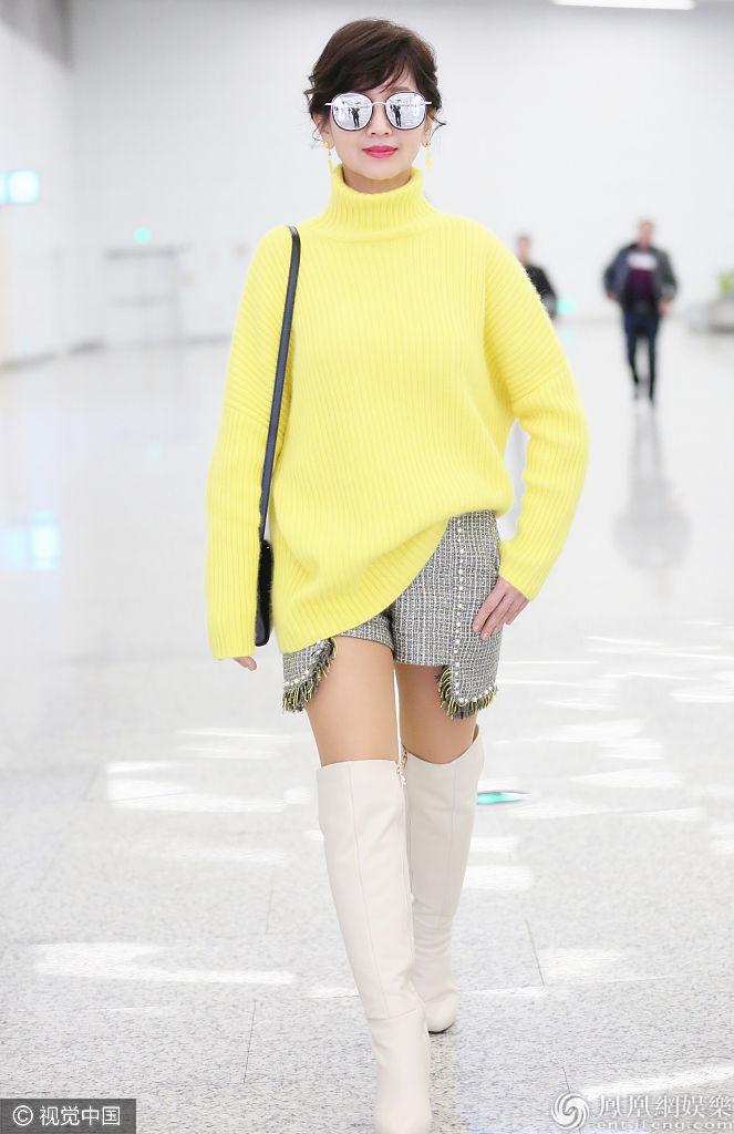 65岁赵雅芝鹅黄毛衣颜值逆天  短裤搭高筒靴变时尚icon