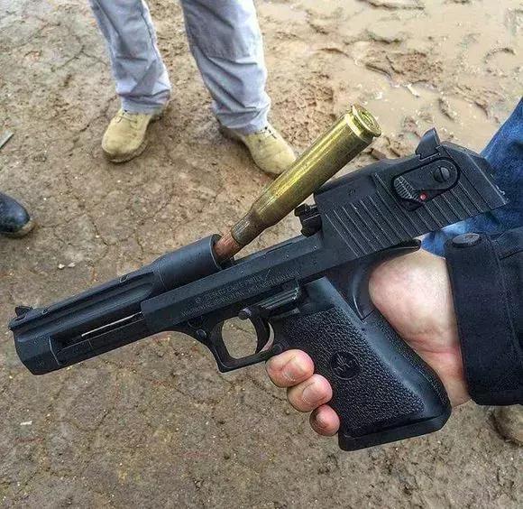 """士兵宁愿用普通手枪也不选""""沙漠之鹰"""" 为什么?"""