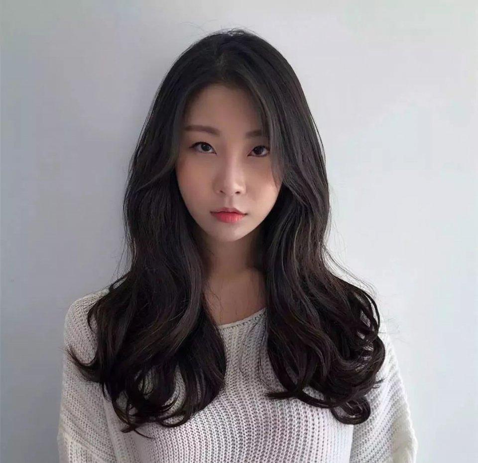 女人天下 正文  将头发烫得蓬松,显得头发很丰盈饱满,同时搭配偏分图片