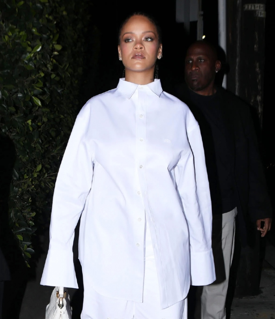 Rihanna蕾哈娜又换新造型,纯白穿搭显高个,小辫子却暴露大额头