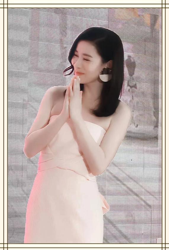 佘诗曼穿粉色露肩裙美若天仙,网友:43岁的年龄,23岁的身材样貌