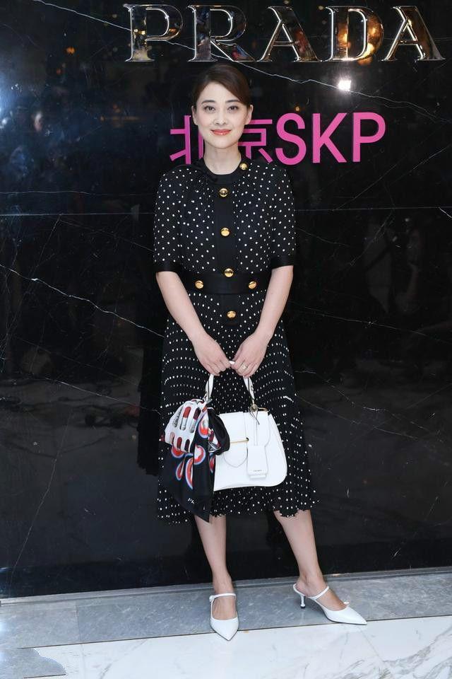 梅婷穿黑波点裙,也不是很瘦,网友:岁月是把杀猪刀!