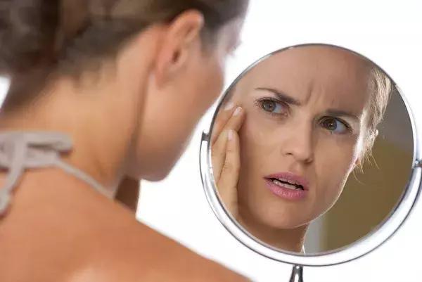 你用的面膜里或许添加了荧光剂!还能定心用吗?美容医生这样解说