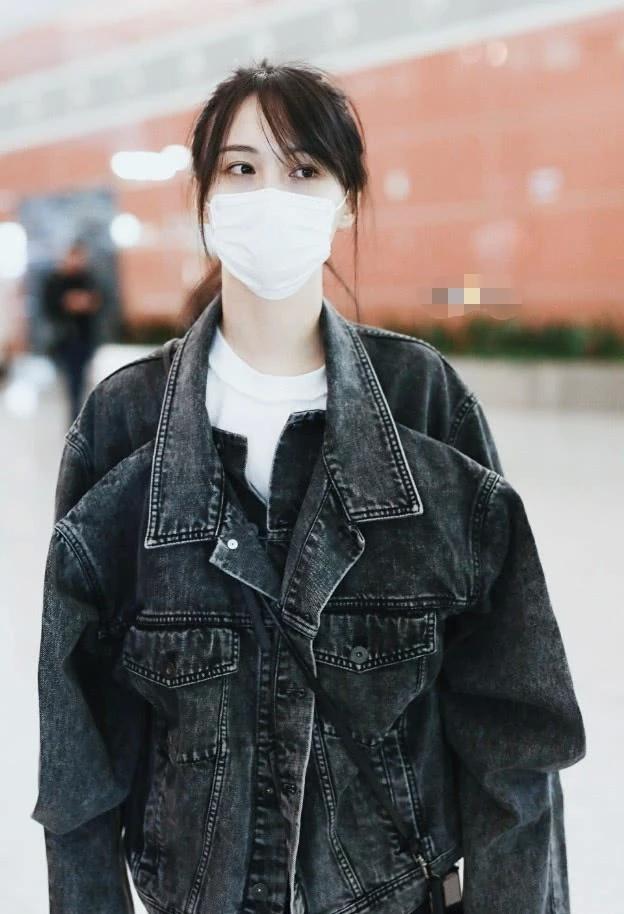"""难得出来营业的郑爽,身穿怪异的""""四肩外套"""",意外穿出了少女感"""