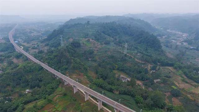 川藏铁路设计时速或达200公里建成后成都13小时到拉萨