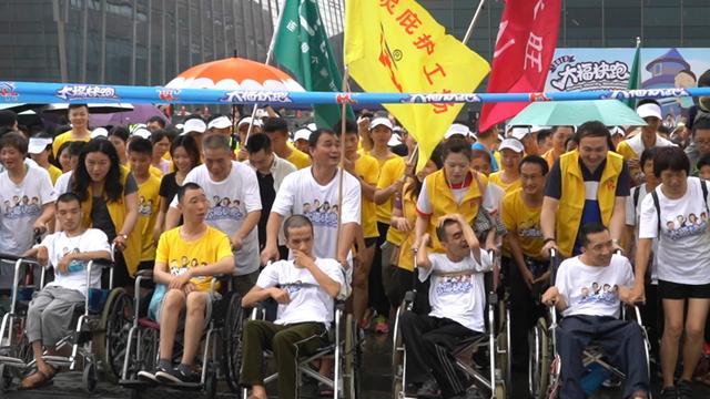 """""""大福快跑""""广州雨中开启,千余名跑友和心智窒碍者慢跑过六一"""